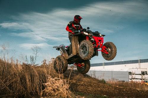 ATV i luften med blaa himmel. Polaris Scrambler XP 1000 S