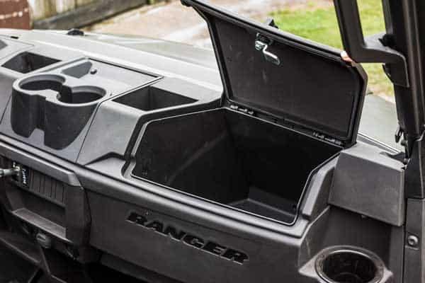 Kopholdere, opbevaring og god plads i Ranger 1000