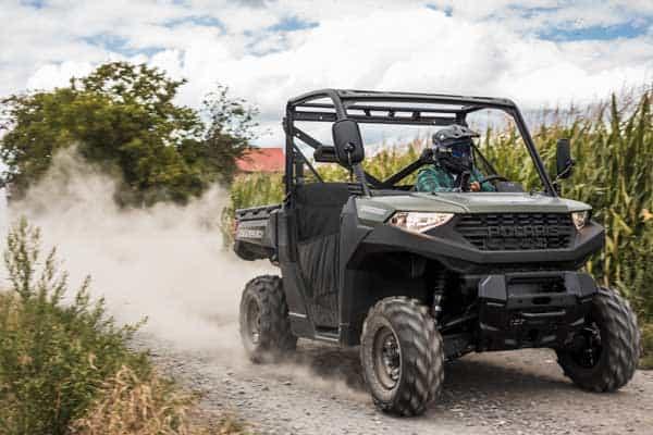 Polaris Ranger 1000 UTV kører forbi majsmark på landet