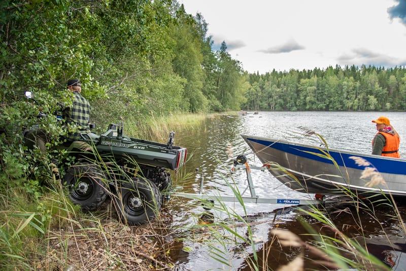 Polaris ATV Big Boss 6x6 hjulstræk trækker båd op af sø