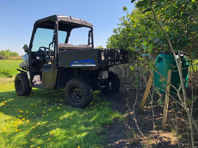El drevet Ranger UTV fra Polaris til at køre vildt foder ud til foderstationer.