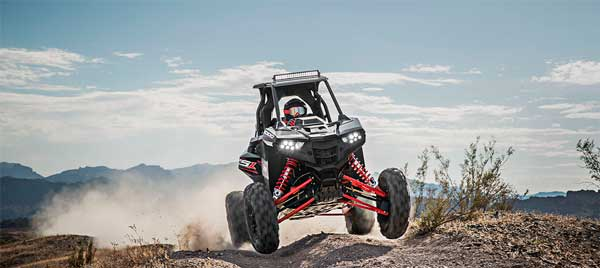 Off road race. Kørsel i høj hastighed off road. Polaris RZR RS1 1000 cc