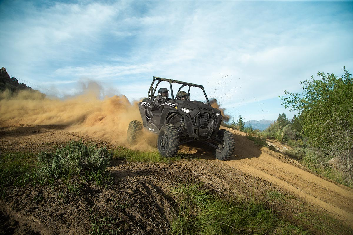 RZR XP Turbo EPS UTV kører race i skovområde