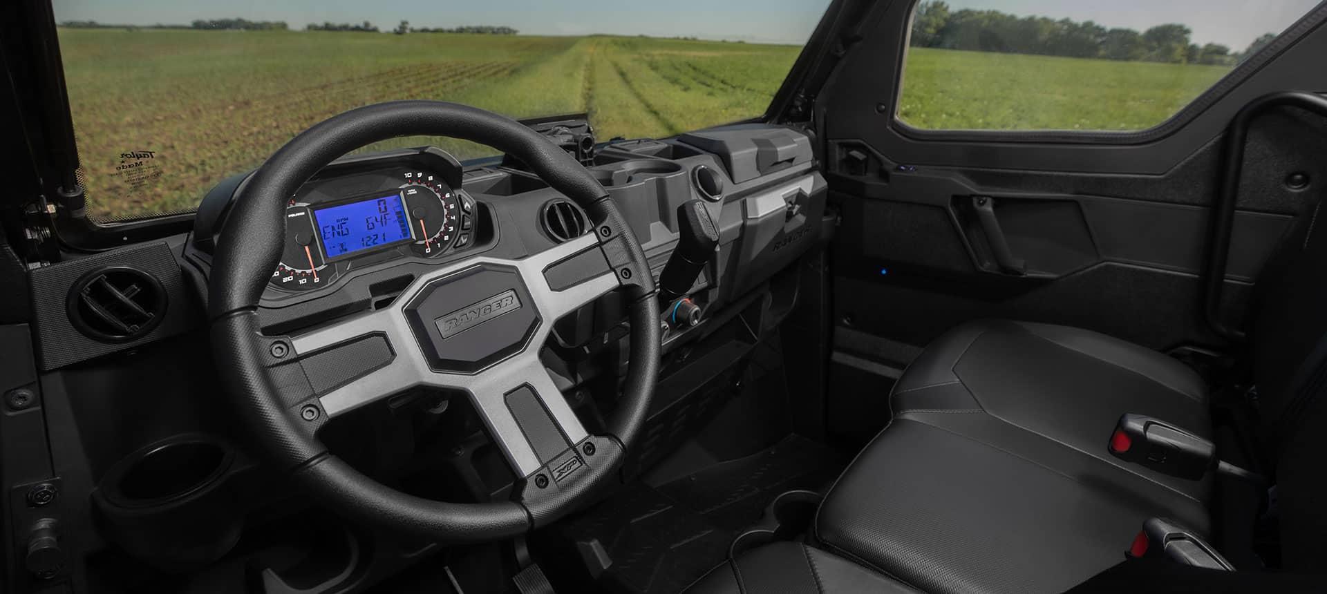 Lækker instrumentering i POlaris Ranger XP 1000 crew. UTV til arbejde og fritid