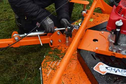 Rotorklipperen til ATV og andre maskiner kan hurtigt justeres så den kører på siden af maskinen.