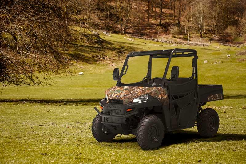 Polaris UTV Ranger 570 i landskab med skov og eng