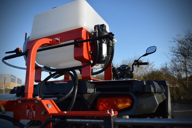 ATV sprøjte med spredebom og lanse. Slagfast plast og kvalitets dyser for lang levetid.