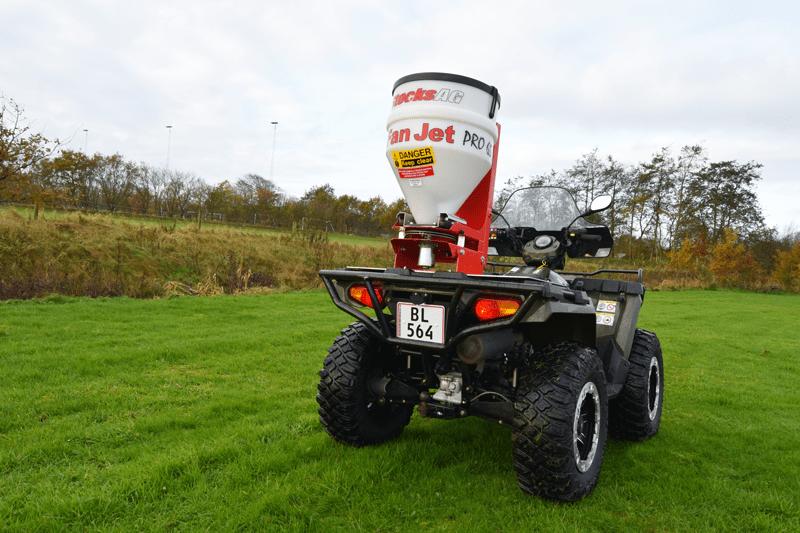 Fanjet universalspreder til ATV kan hurtigt monteres på Polaris ATV via montageplade med Lock and ride beslag