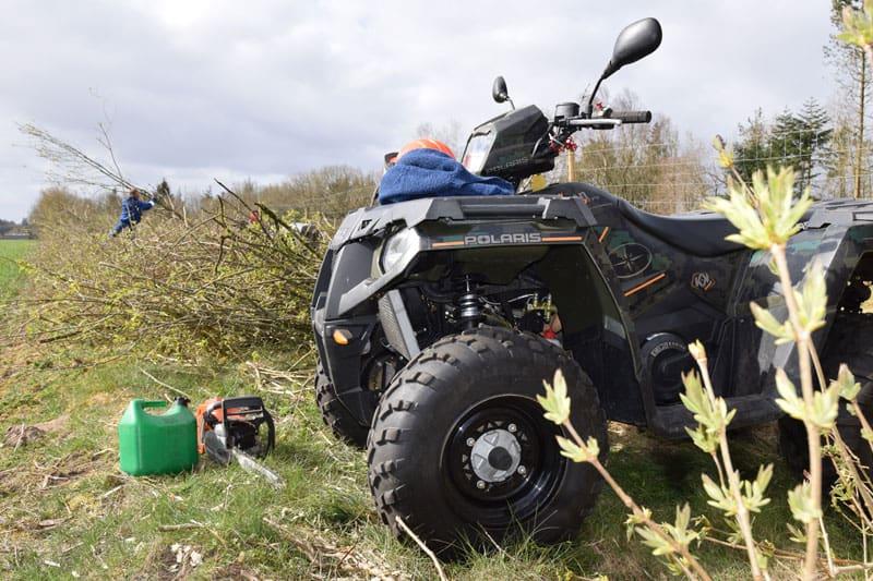 ATV pleje af levende hegn, kør materialer ud og kør flis fra.