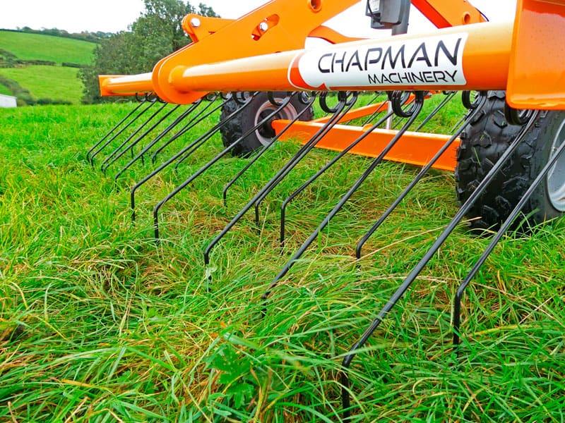 Orange markstrigle eller markharve trukket af ATV på græsmark. Løsner og plejer græsningsareal