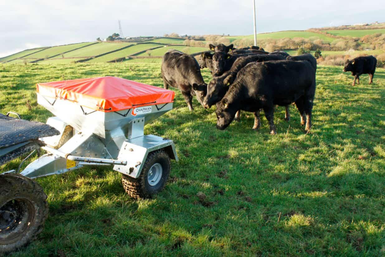 Eftertrukket fodervogn til dumpning af præcise fodermængder. Til brug for kvæg, svin eller ligende.