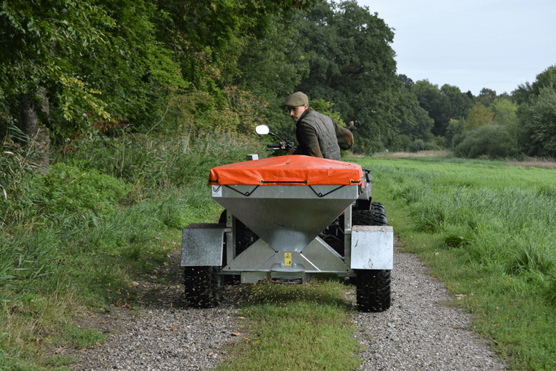 Fodervogn til vildt. Rotorspreder til at trække efter ATV, UTV eller anden minimaskine.