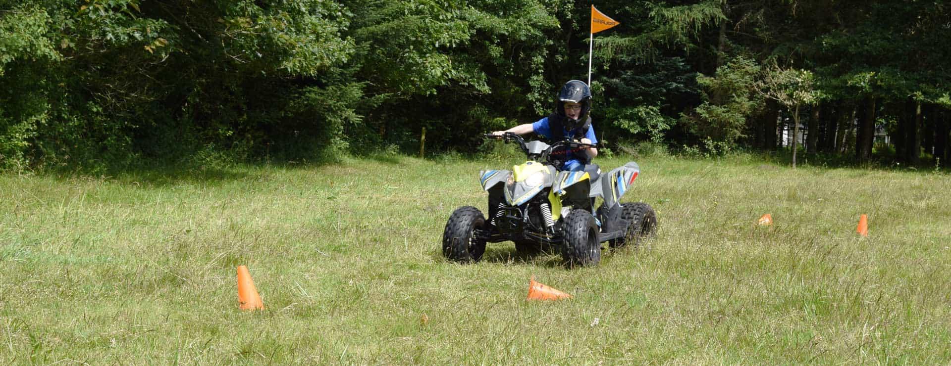 Øvelser for børn på ATV- Lær dit bare at køre sikkert på ATV. Brug hjelm og vest.