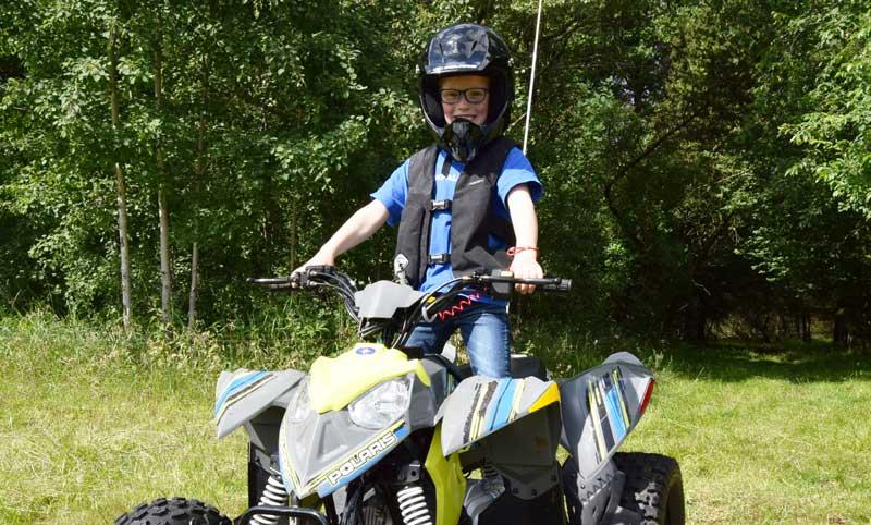 Sikkerheden for børn på ATV kan maksimeres med det rigtige udstyr. Lær dit barn om ATV kørsel