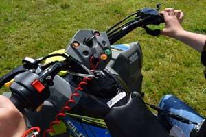 Polaris ATV har dødemands snor på børne atverne. Følg vores sikkerheds anvisninger for en mere sikker ATV kørsel.